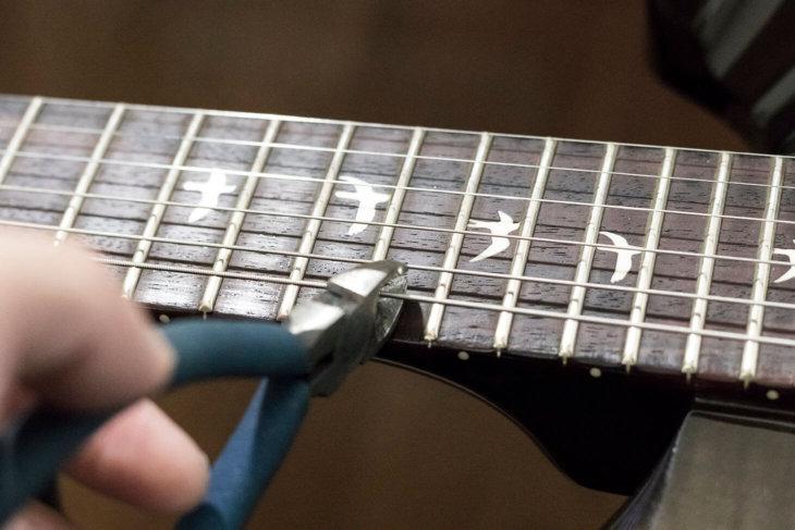 弦をニッパーで切る
